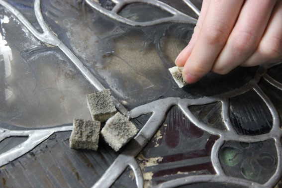 Removing loose particle dirt with smoke sponges